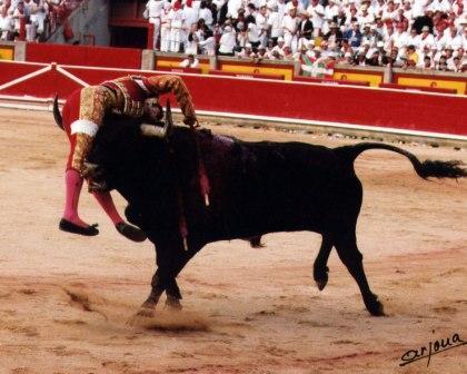 Gómez Escorial entrando a matar sin muleta